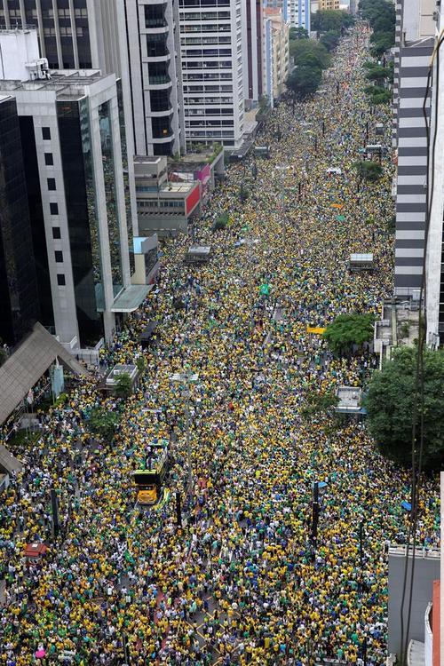 Se calcula que más de 1.5 millones de personas salieron a las calles para protestar en Brasil en contra de la corrupción. (Foto: EFE)