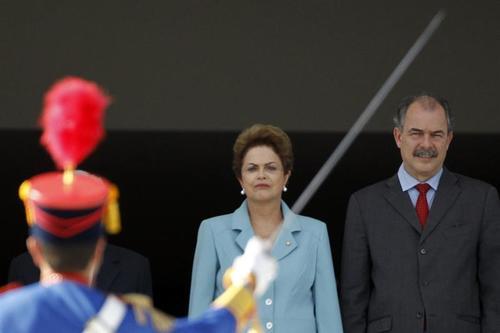 Fotografía de archivo fechada el 8 de mayo de 2015 que muestra al ministro de gabinete Aloizio Mercadante (d) y a la presidenta Dilma Rousseff (c) durante una ceremonia en Brasilia. (Foto: EFE)