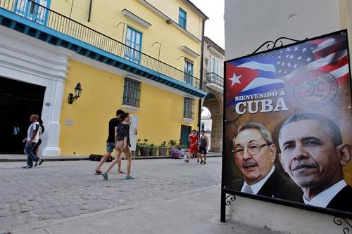 La imagen de los presidentes Barack Obama y Raúl Castro adorna las calles de La Habana. (Foto: EFE)