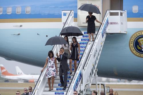 El mandatario llegó a La Habana acompañado de su esposa Michelle Obama y sus dos hijas, Malia y Sasha. (Foto: EFE)