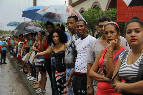 Cubanos observaron la llegada de Obama este domingo 20 de marzo. (Foto: EFE)