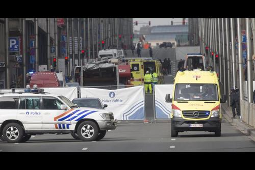 Los servicios de emergencia en la estación de metro de Malbeek en Bruselas. (Foto: EFE)