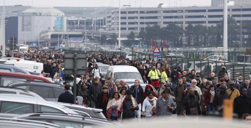 Cientos de trabajadores y viajeros fueron desalojados del aeropuerto internacional de Zaventem. (Foto: EFE)