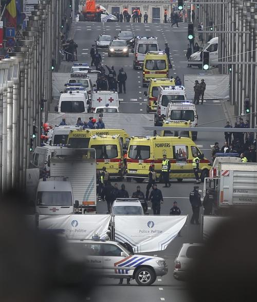 Servicios de emergencia acuden a la estación de metro de Malbeek en Bruselas. (Foto: EFE)