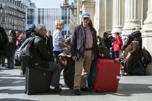 Pasajeros esperan enfrente la estación de trenes en París, Francia. (Foto: EFE)