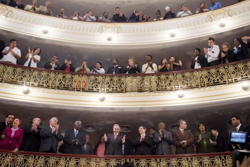 El presidente cubano, Raúl Castro, saluda a su llegada al discurso de Obama en el Gran Teatro de La Habana. (Foto: EFE)