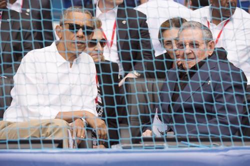 Obama platica con Castro durante el partido de béisbol disputado entre el equipo de Cuba y los Rayos de Tampa Bay. (Foto: EFE)