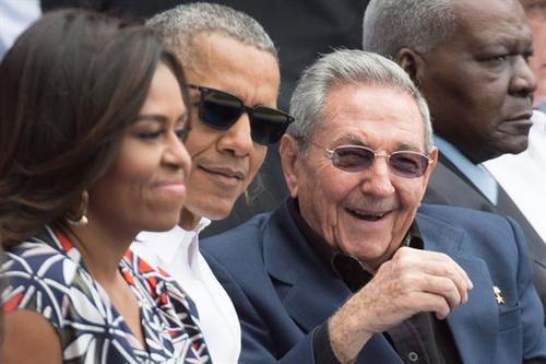 Michelle Obama, Barack Obama y Raúl Castro conversan durante un partido de béisbol en la visita realizada por el mandatario estadounidense. (Foto: EFE)