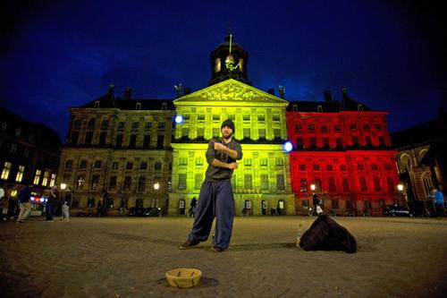 Un hombre posa frente al Palacio Real en la plaza Dam de Amsterdam  (Foto EFE)