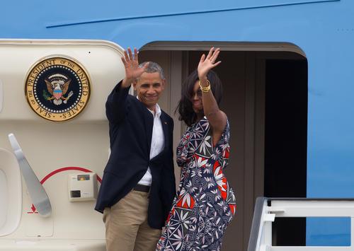 Obama junto con su esposa Michelle se despiden de los cubanos antes de emprender su viaje a Argentina. (Foto: EFE)