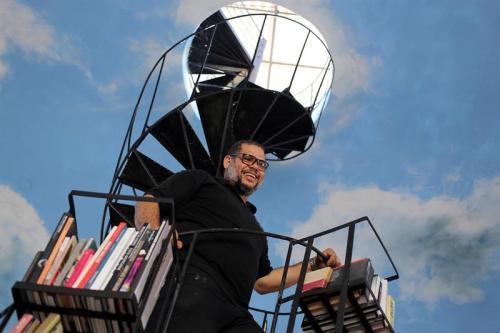 """El artista plástico cubano Alexis Leyva """"Kcho"""", posa en el centro tecnológico Google. (Foto: EFE)"""