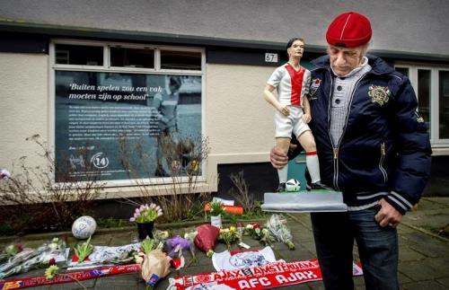 Varios aficionados del Ajax se acercaron a la antigua casa del astro holandés para recordarlo y despedirse de buena manera de Johan Cruyff. (Foto: AFP)