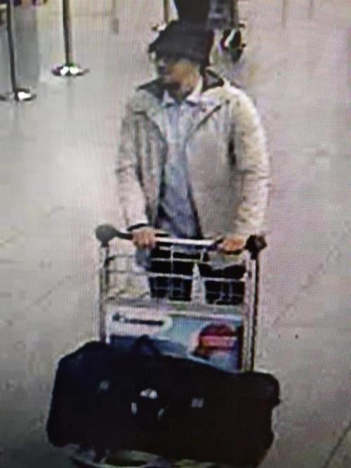 """Fayçal Cheffou sería el """"hombre del sombrero"""" o """"el hombre de blanco"""" que aparece en los videos de seguridad del aeropuerto de Bruselas. (Foto: EFE)"""