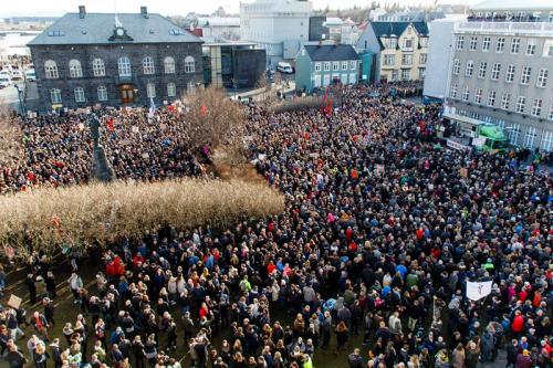Miles de islandeses exigen la renuncia del primer ministro frente al parlamento de Islandia. (Foto. EFE)