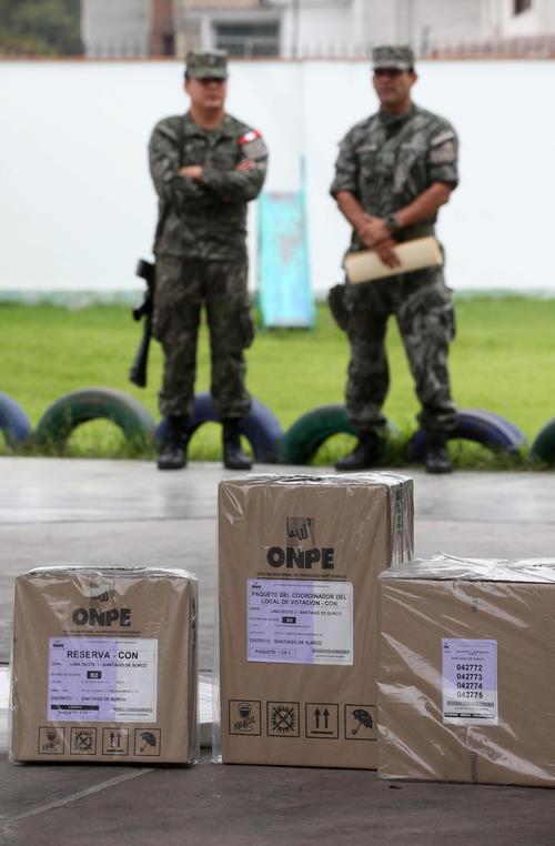 Militares acompañaron el traslado de papeletas y se mantienen en resguardo de los centros de votación en Perú. (Foto: EFE)