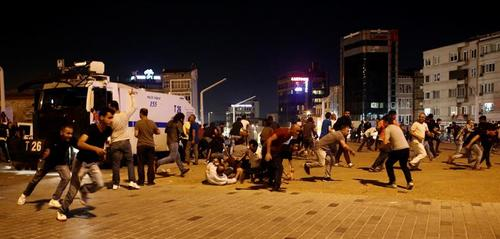 Mientras unos turcos salieron a protestar, otros corrían para buscar refugio durante el conflicto. (Foto: EFE)