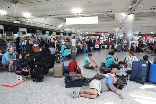 Algunas personas pasaron la noche en el aeropuerto debido a la suspensión temporal de los vuelos. (Foto: EFE)