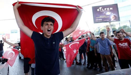 Muchos ciudadanos turcos festejaron el fracaso del intento de golpe de Estado. (Foto: EFE)