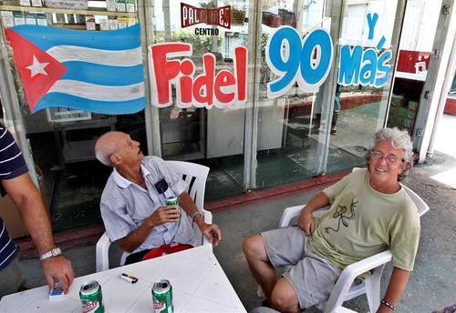 La población cubana festeja de diversas maneras el cumpleaños número 90 de Fidel Castro. (Foto: EFE)