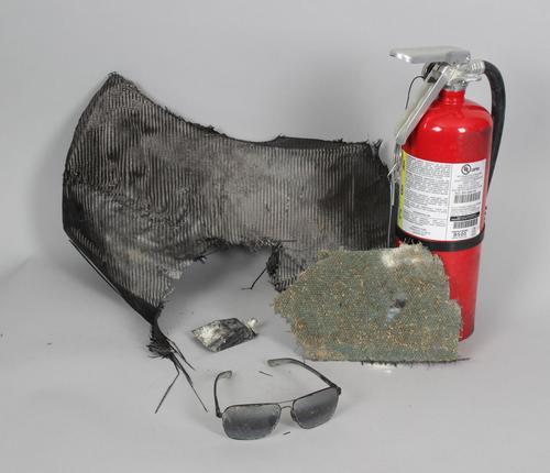 En la subasta también se incluye un extintor, al parecer usado para apagar el fuego en el auto de Walker, y un pedazo de escombro. (Foto: bidami.com)