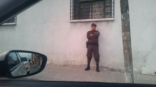 Un guarida del Sistema Penitenciario vigila a unos 20 metros de distancia al sindicado Osama Ezzat Azziz Aranki, implicado en el caso La Línea. (Foto: Soy502)