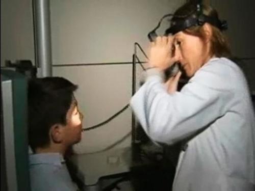 Se trata de un dispositivo eléctrico que es biológicamente compatible y rehabilita el ojo a nivel celular. ( Foto EFE)