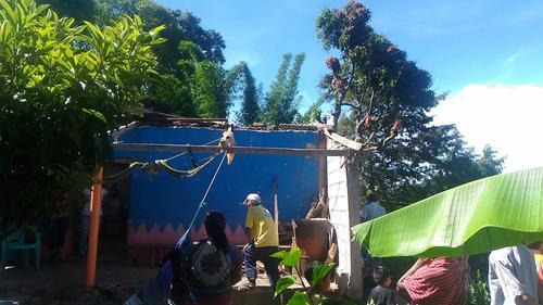 Dos viviendas fueron afectadas con el desprendimiento de láminas utilizadas para techos y paredes derivado de los fuertes vientos. (Foto CONRED)