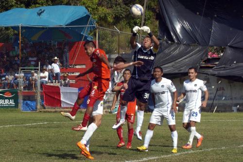 Juan José Paredes portero de los albos en una acción del duelo frente a los Halcones, en el Estadio Comunal de la Mesilla, Huehuetenango. (Foto: Nuestro Diario)