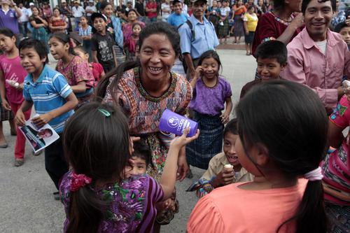 Vasos, bolsas y playeras fueron algunos de los regalos que recibieron los asistentes durante la espera. (Foto: Esteban Biba/Soy502)