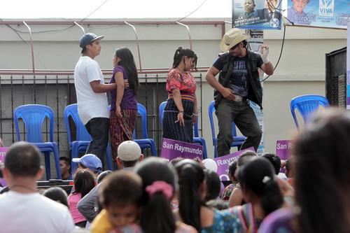 Bailes y concursos para ganarse premios de Todos. (Foto: Esteban Biba/Soy502)
