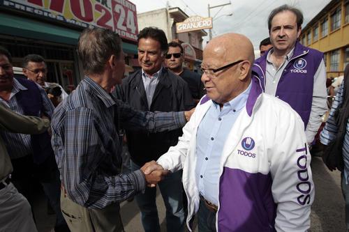 Portillo aprovecha su popularidad para presentar al binomio de su partido a los vecinos de San Raymundo. (Foto: Esteban Biba/Soy502)