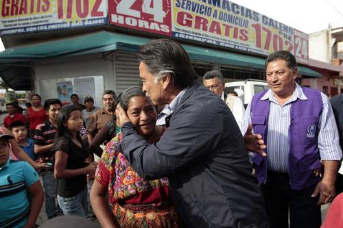 Sin poder avanzar, Portillo se quedó saludando a la gente en su llegada al municipio. (Foto: Esteban Biba/Soy502)