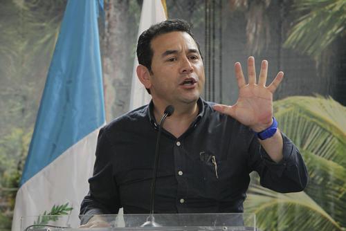 El presidente Jimmy Morales supervisó obras en Chiquimula y luego estuvo con pobladores de Izabal. (Foto: Presidencia)