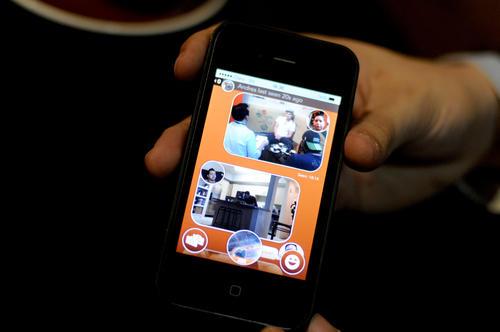 React Messenger es una App de mensajería instantánea para la que se utilizó un color cálido como el naranja, y que incorpora el rosto de quien escribe en el mensaje.