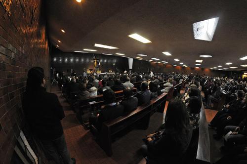Amigos y familiares acudieron a la misa en la que se recordó a la familia López Lepe y se pidió por la salud de German. (Foto: Esteban Biba/ Soy502)