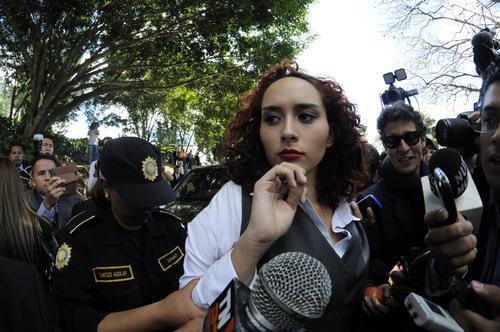 Daira Cotón es la joven que lanzó el polvo blanco a la vicepresidenta Roxana Baldetti.