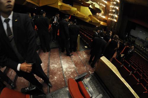 Así quedaron las gradas donde se lanzó el polvo blanco la vicepresidenta. (Foto: Esteban Biba/Soy502)