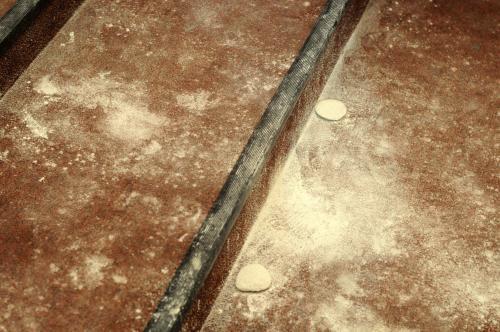 Así quedó la alfombra de las escaleras del Centro Cultural Miguel Ángel Asturias, donde dos mujeres bañaron en harina a la vicepresidenta Roxana Baldetti. (Foto: Esteban Biba/Soy02).