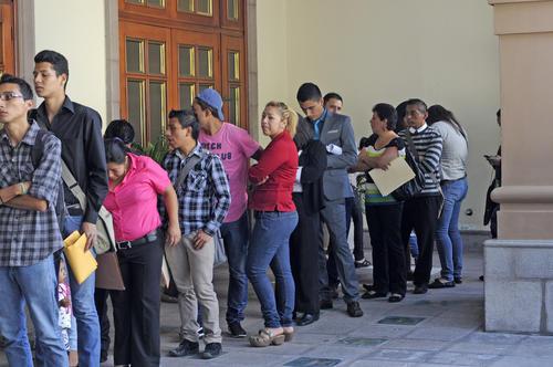 La fila para ingresar al Festival de Empleo de Amcham era tan larga que salía del hotel en donde se realizó. En ella se pudo observar la presencia de personas de diferentes edades. (Foto: Esteban Biba/Soy502)