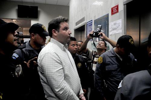 Roberto Barreda fue trasladado por agentes del Sistema Penitenciario hacia la sede del Ministerio Público para continuar con la audiencia. (Foto: Esteban Biba/Soy502)