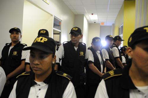 Agentes del Ministerio Público resguardaron la privacidad del menor en todo momento para evitar que los periodistas lo fotografiaran. (Foto: Esteban Biba/Soy502)