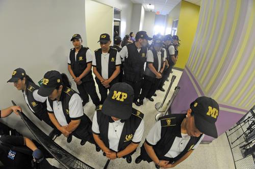 Los agentes del MP no bajaron la guardia y evitaron que la prensa se acercara no solo al menor sino a los demás protagonistas del Caso Siekavizza (Foto: Esteban Biba/Soy502)