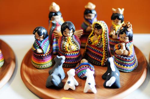 Este nacimiento de cerámica de Chinautla, que fue vestido con tejidos típicos  por artesanos de Manos Preciosas, Antigua Guatemala, es un ejemplo de las innovaciones que hacen los artesanos guatemaltecos para diferenciarse en el mercado. (Foto: Esteban Biba/Soy502)