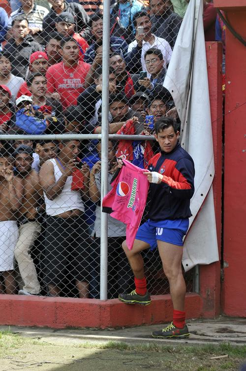La barra roja aclama a Carlos Ruiz. (Foto: Nuestro Diario)