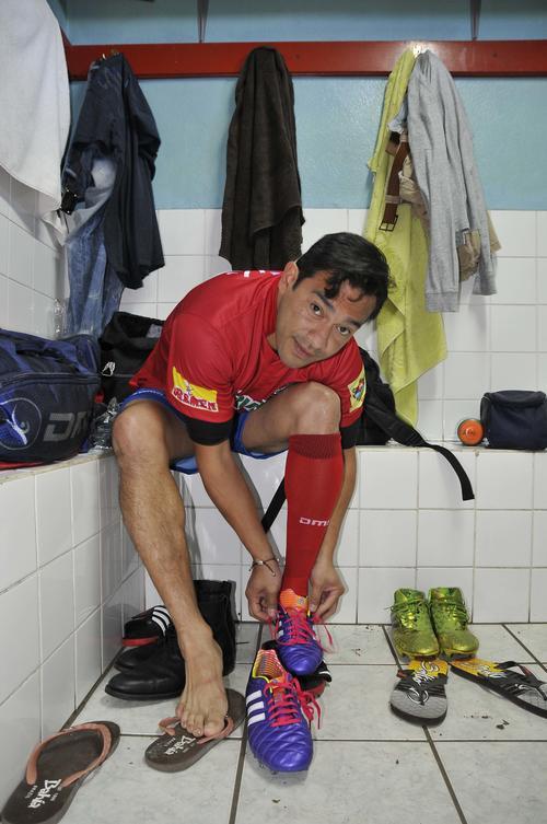 Carlos Ruiz en el vestidor. Existe una gran expectativa para ver al máximo goleador de la Selección. (Foto: Nuestro Diario).