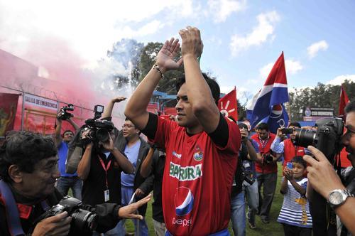 """Carlos """"el Pescado"""" Ruiz es una figura. La prensa tendrá que seguir su impacto en el fútbol pero también en la política. (Foto: Nuestro Diario)."""