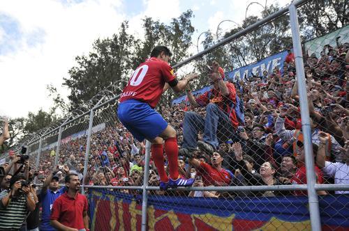 Para saludar a la afición roja, el Pescado Ruiz se subió a la malla del estadio. (Foto: Nuestro Diario)