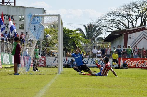 El defensor uruguayo Miguel Lavié marcó el primer gol de Heredia que venció a los cremas 2-1. (Foto: Nuestro Diario)