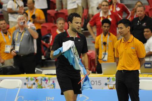 Garrido le guardó la bandera a Kevin en las gradas y al final se la entregó para lucirla. (Pedro Pablo Mijangos/Soy502)