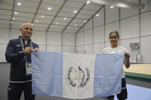 El técnico rumano Adrián Boboc y Ana Sofía Gómez captados en el entreno de este viernes. (Foto: Pedro Pablo Mijangos/Soy502)